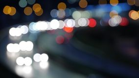 Nattstadsljus och trafikbakgrund Ut ur fokus stock video