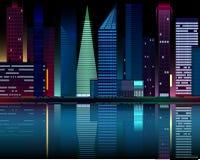 Nattstadsljus reflekterade i vattnet Arkivfoton