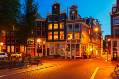 Nattstadssikt av Amsterdam hus arkivfoto