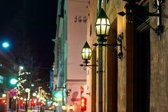 Nattstadssikt av den i stadens centrum gatan med härliga lyktor i Oslo, Norge arkivfoton