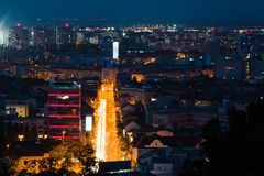 Nattstadssikt på den upptagna gatan, lång tidlandskapskott arkivfoton
