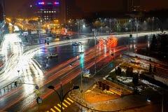 Nattstadstrafik i Bucharest Arkivbild