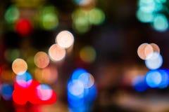 Nattstadstrafik i en jätte- metropolis Ljus bokehbakgrund för stad Defocused natttrafikljus royaltyfri foto