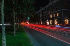 Nattstadstrafikljus Arkivfoto