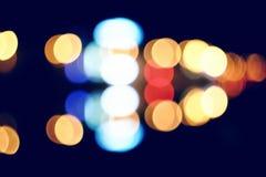 Nattstadsut-av-fokus bild Carlights på Royaltyfri Bild