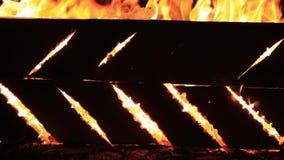 Nattsyrsor och brännande ljud för tio sekunder Närbildvideo av en brinnande picknickbänk r stock video