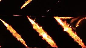 Nattsyrsor och brännande ljud för tjugo sekunder Extrem närbildvideo av en brinnande picknickbänk r arkivfilmer