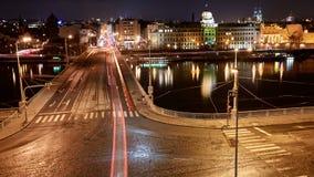 Natttimelapse av trafik på den Stefanic bron i Prague, Tjeckien stock video