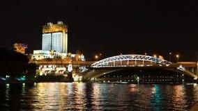 Natttimelapse och video av automatisk och vattentrafik, den Andreevsky bron och sikten av byggnaden av akademin arkivfilmer