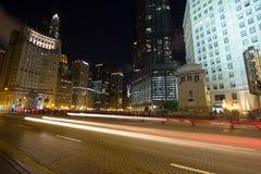 Natttrafik i Chicago Arkivfoto