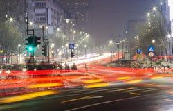Natttrafik i den Bucharest staden Arkivfoton