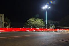Natttrafik i rörelse Långt exponeringsfoto av trafik på flyttningen ljusa linjer lång natt för exponeringshuvudväg Royaltyfria Foton