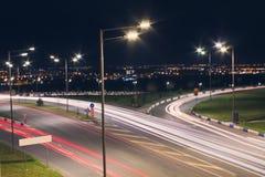 Natttrafik med stadsljus Royaltyfri Foto