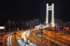 Natttrafik på den Basarab bron, Bucharest Royaltyfri Fotografi