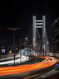 Natttrafik på den Basarab bron Bucharest Arkivfoto