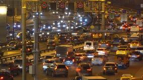 Natttrafik på den stads- allmän landsväg- och vägföreningspunkten stock video