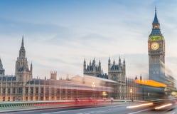 Natttrafik på den Westminster bron och Big Ben Royaltyfria Bilder