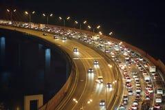Natttrafik på huvudvägen Royaltyfri Bild