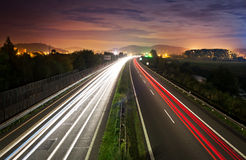 Natttrafik på huvudvägen Royaltyfri Fotografi