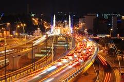 Natttrafik på den Basarab bron, Bucharest Royaltyfri Foto