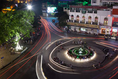 Natttrafik på fyrkanten med rörelse skuggar hanoi vietnam Arkivfoton