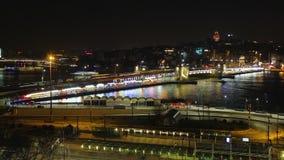 Natttrafik rusar i metropolisen, den upplysta staden, suddiga linjer, upptaget liv stock video