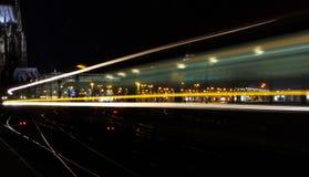 Natttrafikljus med spårämnen, Cologne, Tyskland royaltyfri foto