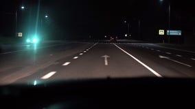 Nattvägsikt från inre en bil Billyktan och annan bil i rörelser på landsvägen arkivfilmer