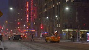 Nattvinter som upprättar skottet av den 6th avenyn i Manhattan med radiostadsmusik Hall stock video