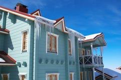 Natty Haus mit Eiszapfen Stockfoto