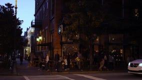Nattyttersida som upprättar skottet av Savannah Bar Restaurant stock video