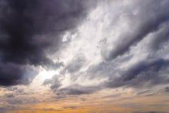 natuleĺ黑暗的暴风云天空背景在大雨前的在雷暴 图库摄影