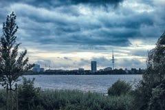 Natur Alster See Hamburg Deutschland, das schön sind und die Stadtparkleute, die Segelnhimmel rudern, beherbergten dunkle Natur lizenzfreie stockbilder
