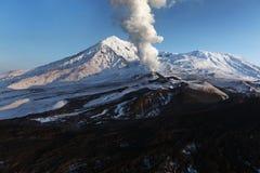 Natur av Kamchatka: utbrottvulkan Royaltyfri Bild