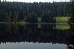 Natur bergsjö som avspeglar Arkivbilder