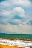 Natur in Dämmerung Zeitraum, Sonnenaufgang oder Sonnenuntergang über dem Meer mit Strand Stockfoto