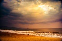 Natur in Dämmerung Zeitraum, Sonnenaufgang oder Sonnenuntergang über dem Meer mit Strand Lizenzfreie Stockbilder