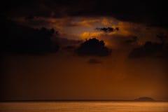 Natur in Dämmerung Zeitraum, Sonnenaufgang oder Sonnenuntergang über dem Meer mit Strand Lizenzfreie Stockfotos