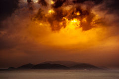 Natur in Dämmerung Zeitraum, Sonnenaufgang oder Sonnenuntergang über dem Meer mit Strand Lizenzfreie Stockfotografie