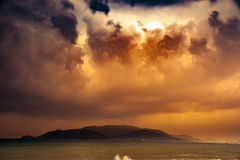 Natur in Dämmerung Zeitraum, Sonnenaufgang oder Sonnenuntergang über dem Meer mit Strand Stockfotografie