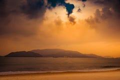 Natur in Dämmerung Zeitraum, Sonnenaufgang oder Sonnenuntergang über dem Meer mit Strand Lizenzfreies Stockbild