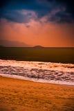 Natur in Dämmerung Zeitraum, Sonnenaufgang oder Sonnenuntergang über dem Meer mit Strand Stockbilder