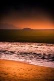 Natur in Dämmerung Zeitraum, Sonnenaufgang oder Sonnenuntergang über dem Meer mit Strand Stockbild