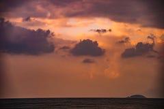 Natur in Dämmerung Zeitraum, Sonnenaufgang oder Sonnenuntergang über dem Meer mit Strand Lizenzfreies Stockfoto