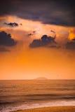 Natur in Dämmerung Zeitraum, Sonnenaufgang oder Sonnenuntergang über dem Meer mit Strand Stockfotos