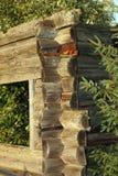 Natur, die altes hölzernes Gebäude isst Stockfoto