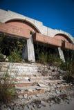Natur dringt verlassene Gebäude ein Stockfotos