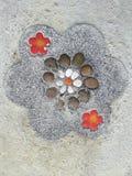 Natur-Farbsteine und -kopfstein im Zement Lizenzfreie Stockfotos