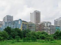 Natur gegen Industriegebäude Lizenzfreie Stockbilder