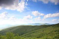 Natur Grönt berglandskap i sommaren Arkivbilder